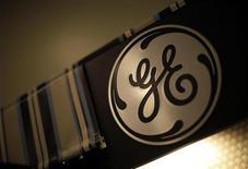 Логотип General Electric в магазине в Санта-Монике 11 октября 2010 года. Американский машиностроительный гигант General Electric купит авиационный бизнес итальянской компании Avio за 3,3 миллиарда евро, сообщили компании в пятницу. REUTERS/Lucy Nicholson