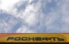 Логотип Роснефти на АЗС в Санкт-Петербурге 23 октября 2012 года. Покупка Роснефтью компании ТНК-BP вошла в пятёрку крупнейших сделок слияний и поглощений в уходящем году, следует из данных Thomson Reuters. REUTERS/Alexander Demianchuk