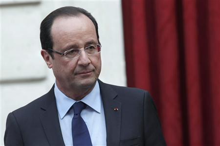 France's President Francois Hollande gives a speech where he declared ''mission accomplished'' during a ceremony to honour French troops who return home after serving in Afghanistan, at the Elysee Palace, in Paris, December 21, 2012. REUTERS/Thibault Camus/Pool