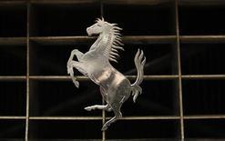 Ferrari tendrá dos equipos de diseño independientes para que desarrollen de forma simultánea el coche de Fórmula Uno del año que viene y de 2014, cuando se esperan cambios sustanciales en las normas técnicas. En la imagen de archivo, el logotipo de Ferrari en una feria en Essen, Holanda. REUTERS/Ina Fassbender