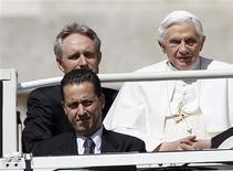 El papa Benedicto XVI ha perdonado a su ex mayordomo Paolo Gabriele, quien fue condenado en octubre por filtrar documentos sensibles que denunciaban la supuesta corrupción en la Santa Sede, según dijo el sábado el Vaticano. En la imagen, de 23 de mayor, el papa Benedicto XVI junto a su mayordomo, Paolo Gabriele, sentado a su izquierda. REUTERS/Alessandro Bianchi/Files