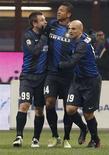 El Inter de Milán desperdició el sábado la oportunidad de recortar distancias respecto a la Juventus, líder de la Serie A, tras no pasar del empate 1-1 en casa frente al Génova. En la imagen, de 9 de diciembre, varios jugadores del Inter de Milán, entre ellos Cambiasso, autor del gol del empate, celebran un gol en un partido de Liga contra el Nápoles. REUTERS/Stefano Rellandini