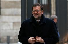 Puede que Bruselas jamás le haga un monumento al obstinado Mariano Rajoy, pero el presidente del Gobierno español se ha ganado a regañadientes el respeto en su país y ante algunos mandatarios extranjeros por retrasar la petición de un rescate de la Unión Europea (UE). En la imagen, el presidente del Gobierno, Mariano Rajoy, llega al Congreso de los Diputados para el debate de presupuesto de 2013, en Madrid, el 20 de diciembre de 2012. REUTERS/Juan Medina