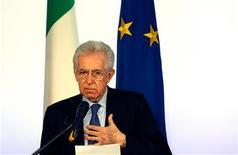 El primer ministro italiano en funciones, Mario Monti, dijo el domingo que el próximo Gobierno del país no debe hacer promesas electorales fáciles ni dar marcha atrás en el camino de reformas emprendido por su Gobierno tecnócrata. En la imagen, el primer ministro italiano en funciones, Mario Monti, durante una rueda de prensa de final de año en Roma, el 23 de diciembre de 2012. REUTERS/Alessandro Bianchi