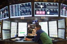 """Трейдер на Нью-Йоркской фондовой бирже 21 декабря 2012 года. Американские акции снизились в пятницу, так как план республиканцев по предотвращению """"бюджетного обрыва"""" не нашел поддержки в Конгрессе. REUTERS/Andrew Burton"""