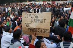 Manifestante segura cartaz durante protesto em Nova Délhi. As autoridades indianas bloquearam nesta segunda-feira o movimento no centro da capital, Nova Délhi, fechando ruas e estações de trem em uma tentativa de restaurar a lei e a ordem depois que a polícia enfrentou manifestantes enfurecidos pelo estupro de uma moça por uma gangue. 24/12/2012 REUTERS/Adnan Abidi