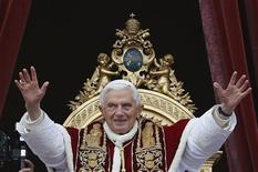 """Pope Benedict XVI (C) waves as he blessed the crowd as he makes his """"Urbi et Orbi"""" (To the city and the world) address from a balcony in St. Peter's Square in Vatican December 25, 2012. REUTERS/Alessandro Bianchi"""