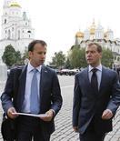 Президент России Дмитрий Медведев (справа) разговаривает со своим помощником Аркадием Дворковичем в Москве 8 июня 2011 года. Правительство РФ отказалось от замены налога на добавленную стоимость (НДС) налогом с продаж в ближайшем будущем, сказал журналистам премьер-министр Дмитрий Медведев. REUTERS/Dmitry Astakhov/RIA Novosti/Kremlin