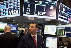 Un fonds de pension américain poursuit Nyse Euronext en raison de son projet de fusion avec IntercontinentalExchange, estimant que cette opération de 8,2 milliards de dollars sous-évalue Nyse. /Photo prise le 20 décembre 2012/REUTERS/Andrew Kelly