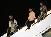 Presidente dos EUA, Barack Obama, e família chegam a Hickam Field para passar férias no Havaí. Obama reduziu seu período de férias no Havaí e partiu para Washington para cuidar das negociações paralisadas sobre o chamado abismo fiscal com o Congresso do país. 22/12/2012 REUTERS/Larry Downing