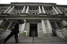 Мужчина проходит мимо Банка Японии в Токио, 16 апреля 2010 года. Регуляторы Банка Японии обсуждали такие варианты смягчения политики, как бессрочное обязательство выкупа активов, уже в ноябре, свидетельствует протокол заседания. REUTERS/Yuriko Nakao