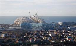 El complejo turístico de Sochi, en el mar Negro, que organizará los Juegos Olímpicos de Invierno de 2014, ha sufrido la explosión de un gasoducto y un seísmo moderado, dijo el miércoles una portavoz del Gobierno. En la imagen, una visión general del edificio bajo construcción en el Parque Olímpico para los Juegos de Invierno 2014 de Sochi, el 9 de diciembre de 2012. REUTERS/Pawel Kopczynski/Files