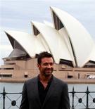 """El actor australiano Hugh Jackman afirma que su experiencia en el teatro musical y películas de acción le hizo sentir """"como si todas las estrellas se alinearan"""" cuando asumió el papel protagonista de Jean Valjean en la nueva versión cinematográfica de """"Los miserables"""". En esta imagen de archivo, el actor australiano Hugh Jackman posa frente a la ópera de Sídney durante un acto con los medios en Sídney, el 20 de diciembre de 2012. REUTERS/Daniel Muñoz"""