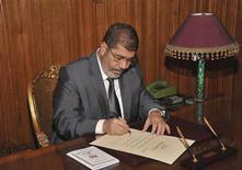 Le président égyptien Mohamed Morsi a ratifié mercredi la nouvelle Constitution, approuvée par référendum les 15 et 22 décembre, au terme d'une campagne qui a polarisé l'Egypte. Des élections législatives devraient suivre dans un délai de deux mois environ. /Photo prise le 26 décembre 2012/REUTERS/Présidence égyptienne