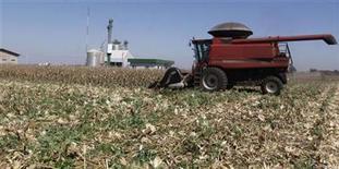 Imagen de archivo de una cosechadora de granos en La Paloma, Paraguay, ago 7 2012. La economía paraguaya se contraerá un 1,2 por ciento este año por la caída en la producción agrícola, pero experimentará una notable recuperación en el 2013, cuando registrará una expansión del 10,5 por ciento, dijo el miércoles el Banco Central. REUTERS/Jorge Adorno