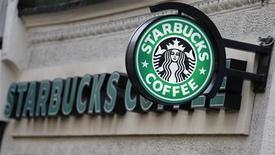 """Вывеска Starbucks Coffee у кофейни в Лондоне 3 декабря 2012 года. Starbucks Corp попросит американских законодателей прийти к единому мнению о том, как не допустить """"фискального обрыва"""", при помощи стаканов для кофе """"на вынос"""". REUTERS/Andrew Winning"""