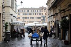Italia colocó todas las letras y bonos que pretendía en una subasta del jueves, pocos días después de que el primer ministro en funciones Mario Monti anunciara que podría sumarse a la carrera electoral para dirigir una alianza centrista enfocada en las reformas. En la imagen, un hombre empujma un carrito en el centro de Roma, el 10 de diciembre de 2012. REUTERS/Alessandro Bianchi