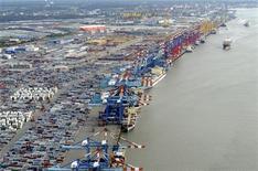 Грузовые терминалы и контейнеры в порту Бремерхафена 8 октября 2012 года. Экономика Германии будет расти приличными темпами в следующем году благодаря экспорту в страны, не входящие в еврозону, сказал министр финансов Вольфганг Шойбле. REUTERS/Fabian Bimmer