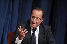 Le Parti communiste français (PCF) a adressé des voeux au vitriol à François Hollande, l'accusant d'avoir failli à ses promesses électorales dans presque tous les domaines. Le clip mis en ligne jeudi sur le site internet du parti montre des extraits des discours de campagne du président entrecoupés d'éclats de rire enregistrés. /Photo d'archives/REUTERS/Eduardo Munoz