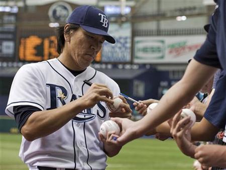 Tampa Bay Rays' Hideki Matsui signs autographs before a MLB American League baseball game against the New York Mets in St. Petersburg, Florida, June 14, 2012. REUTERS/Steve Nesius