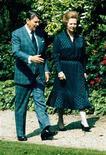 """La ex primera ministra británica Margaret Thatcher escribió una emotiva carta al entonces presidente de Estados Unidos Ronald Reagan durante la Guerra de Malvinas en 1982, llamándolo la """"única persona"""" que podía entender su posición, según mostraron el viernes documentos secretos desclasificados. En la imagen de archivo, Thatcher y Reagan pasean en los jardines del Palacio del Elíseo de París, el 3 de junio de 1982. REUTERS/Mal Langsdon"""