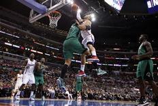 Tentative de dunk de Blake Griffin, des Los Angeles Clippers, victime d'une faute de Jared Sullinger, des Boston Celtics, jeudi. Les Clippers ont assommé les Celtics 106-77 jeudi soir à domicile, s'adjugeant une quinzième victoire de rang qui les maintient au sommet du classement provisoire de la NBA, avec 23 succès contre six défaites seulement depuis le début de la saison régulière. /Photo prise le 27 décembre 2012/REUTERS/Danny Moloshok