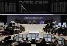 """Трейдеры на торгах фондовой биржи во Франкфурте-на-Майне 28 декабря 2012 года. Европейские акции слегка снижаются в ожидании решения проблемы """"бюджетного обрыва"""" в США. REUTERS/Remote/Joachim Herrmann"""