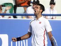 El español David Ferrer cayó eliminado en las semifinales del torneo de Abu Dabi por Novak Djokovic, que se enfrentará en la final al también español Nicolás Almagro, vencedor de la otra semifinal sobre Janko Tipsarevic. En la imagen, Djokovic celebra un punto durante el partido contra Ferrer en Abu Dabi. REUTERS/Jumana El Heloueh