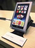 Imagen de archivo de una tableta Nook en exhibición en una tienda de Barnes & Noble en Nueva York, nov 7 2011. La editorial educativa británica Pearson Plc dijo que comprará una participación del 5 por ciento en los negocios de librerías universitarias y lectores digitales Nook de Barnes & Noble Inc por 89,5 millones de dólares. REUTERS/Shannon Stapleton