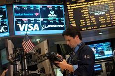 """Las acciones cayeron el viernes por quinta sesión consecutiva en Wall Street, perdiendo un 1 por ciento y marcando la mayor racha negativa del índice S&P 500 en tres meses en momentos en que el Gobierno de Estados Unidos se acerca al temido """"abismo fiscal"""" sin una solución a la vista. En la imagen, un operador en la Bolsa de Nueva York, el 28 de diciembre de 2012. REUTERS/Keith Bedford"""