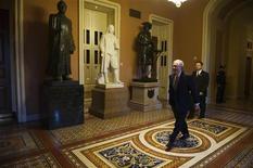 Le sénateur républicain Mitch McConnell au Capitole, à Washington. Le président Obama et les représentants du Congrès se sont accordés vendredi pour se lancer dans une dernière série de discussions afin de tenter d'éviter le 'mur budgétaire' qui pourrait replonger l'économie américaine dans la récession. Il revient désormais à Harry Reid, leader de la majorité démocrate au Sénat et à Mitch McConnell, son homologue républicain, de parvenir à une proposition commune sur le budget d'ici à dimanche. /Photo prise le 29 décembre 2012/REUTERS/Mary F. Calvert