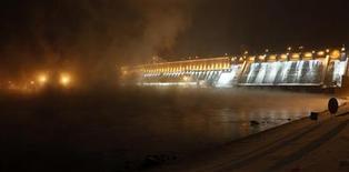 Вид на Красноярскую ГЭС 2 января 2011 года. Российская электроэнергетика выходит из электорального цикла потрепанной, но с надеждой на системные реформы после четырехлетнего застоя, уповая на то, что клановая борьба за влияние не уведет власти в сторону от проблем отрасли. REUTERS/Ilya Naymushin
