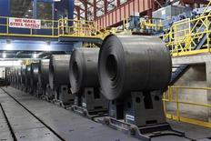 Рулоны стали на заводе Северстали в Дирборне, штат Мичиган, 21 июня 2012 года. Российские стальные концерны закрывают сложный для промышленности год с надеждой на внутреннего потребителя, готовясь бороться за спрос на продукцию с добавленной стоимостью. REUTERS/Rebecca Cook