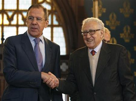 Russia's Foreign Minister Sergei Lavrov (L) shakes hands with U.N.-Arab League peace mediator Lakhdar Brahimi of Algeria, in Moscow December 29, 2012. REUTERS/Sergei Karpukhin