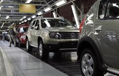 Автомобили Renault на заводе компании в Москве 15 мая 2012 года. Докризисный уровень продаж в 2,9 миллиона автомобилей будет достигнут в РФ по итогам 2012 года, но это никого не вдохновляет: от надежд на взрывной рост рынка в ближайшие несколько лет придется отказаться, подготовившись к долгой войне за покупателя. REUTERS/Maxim Shemetov