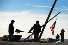 Homem enche carrinho de mão com areia para consertar gramado destruído pela supertempestade Sandy em Belle Harbor, Queens, EUA. O Senado dos Estados Unidos aprovou um pacote de ajuda de 60,4 bilhões de dólares para a reconstrução de áreas atingidas em novembro pela supertempestade Sandy, depois da derrota da tentativa republicana de limitar os custos do projeto. 28/12/2012 REUTERS/Lucas Jackson