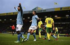 Dzeko (C), do Manchester City, comemora gol marcado contra o Norwich City durante partida do campeonato inglês em Norwich. Edin Dzeko brilhou neste sábado na vitória do Manchester City por 4 a 3 sobre o Norwich, mas o Manchester United também ganhou e manteve a liderança do campeonato inglês. 29/12/2012 REUTERS/Dylan Martinez