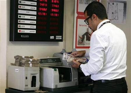 An employee counts money in a bank in Cairo, August 27, 2012. REUTERS/Asmaa Waguih (EGYPT - Tags: BUSINESS)