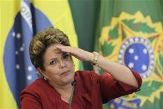 """Presidente Dilma Rousseff fala durante café da manhã com repórteres no Palácio do Planalto em Brasília. Dilma afirmou neste domingo que as ações de seu governo abriram condições para """"um novo ciclo virtuoso de investimento produtivo"""" e que o desafio dos próximos anos no Brasil é aumentar a competitividade da economia e acabar com a miséria extrema. 27/12/2012 REUTERS/Ueslei Marcelino"""