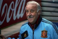 El argentino Lionel Messi, capitán de la selección albiceleste y delantero del Barcelona, fue elegido por cuarta vez consecutiva como mejor futbolista de Europa en un sondeo entre periodistas europeos difundido el domingo por el diario uruguayo El País. En la imagen de archivo, Del Bosque, durante un entrenamiento en Madrid el pasado 15 de octubre. REUTERS/Juan Medina