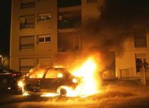 """Manuel Valls a justifié lundi sa décision de publier le nombre de voitures brûlées lors de la nuit de la Saint-Sylvestre par le fait que les """"Français ont le droit à la vérité"""" en matière de délinquance et de sécurité. /Photo d'archives/REUTERS/Jean-Marc Loos"""
