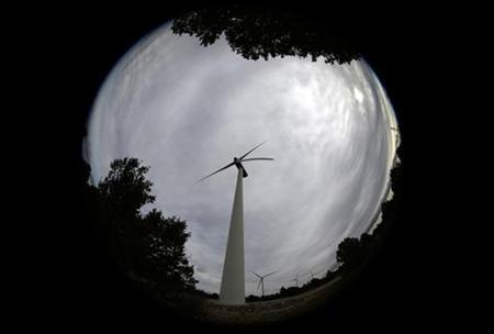 Iberdrola's power generating wind turbines are seen at Moranchon wind farm in central Spain December 17, 2012. REUTERS/Sergio Perez (SPAIN - Tags: BUSINESS ENERGY)