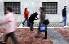 Dans le centre d'Athènes. Les ventes au détail en Grèce ont chuté de 18,1% en octobre par rapport au même mois de 2011, leur plus forte baisse depuis près de deux ans, signe que la récession prolongée et le chômage record continuent de plomber la consommation. /Photo prise le 21 février 2012/REUTERS/Yannis Behrakis