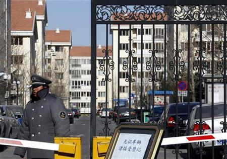 A security guard stands outside the entrance of the residential compound where Liu Xia, the wife of Chinese dissident and Nobel Peace Prize winner Liu Xiaobo, lives in Beijing December 10, 2010. REUTERS/David Gray (CHINA - Tags: POLITICS)