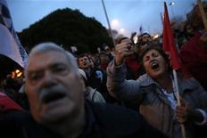 Manifestantes foram às ruas neste mês para exigir que o presidente de Portugal Aníbal Cavaco Silva enviasse o orçamento para que o tribunal constitucional examinasse o projeto. 15/12/2012 REUTERS/Rafael Marchante