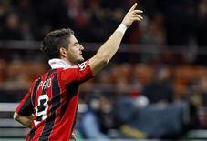 Milan espera conseguir manter pelo menos um dos atacantes brasileiros Alexandre Pato e Robinho. 06/11/2012. REUTERS/Alessandro Garofalo