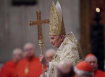 Papa Bento 16 chega para celebrar missa na Basílica de São Pedro, no Vaticano, nesta segunda-feira. 31/12/2012 REUTERS/Tony Gentile