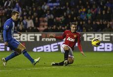 But de Robin Van Persie (à droite) pour Manchester United à Wigan, dans le nord de l'Angleterre. Les Red Devils l'ont emporté 4-0 sur deux doublés du Néerlandais et du Mexicain Javier Hernandez. /Photo prise le 1er janvier 2013/REUTERS/Phil Noble
