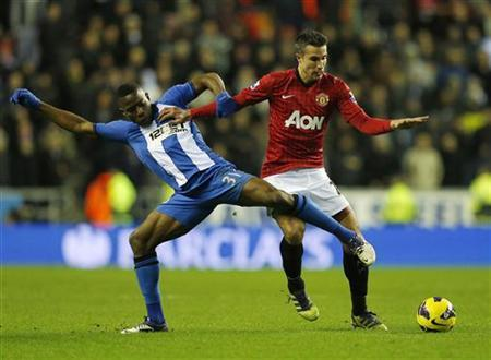 Wigan Athletic's Maynor Figueroa (L) challenges Manchester United's Robin Van Persie during their English Premier League soccer match at The DW Stadium in Wigan, northern England January 1, 2013. REUTERS/Phil Noble