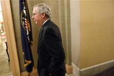 """Líder da maioria republicana no Senado, Mitch McConnel, retorna a seu escritório após votação sobre lei do """"abismo fical"""", em Washington. O Senado norte-americano tirou a economia dos Estados Unidos da beira do """"abismo fiscal"""" nesta terça-feira, votando para evitar iminentes aumentos de impostos e cortes de gastos, em um acordo bipartidário que pode ainda enfrentar desafios na Câmara dos Deputados. 01/12/2013 REUTERS/Jonathan Ernst"""